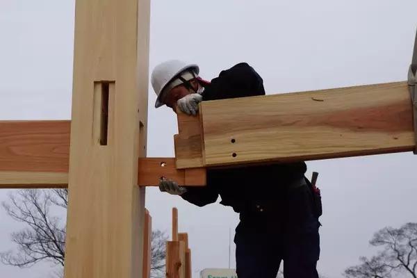 """> """"用木头,造一所木屋""""(上)  一幢木结构独立住宅,""""卯榫构造""""承重框架"""