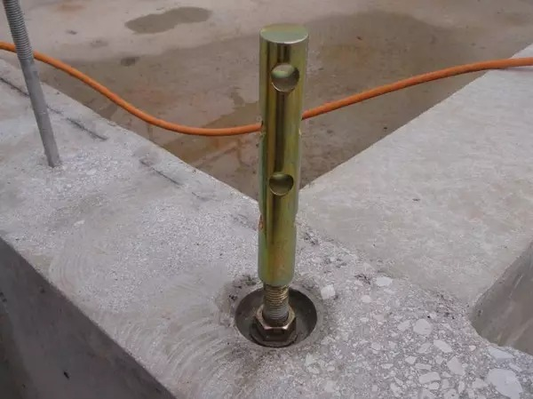 钢制连接件再与上部木柱进行