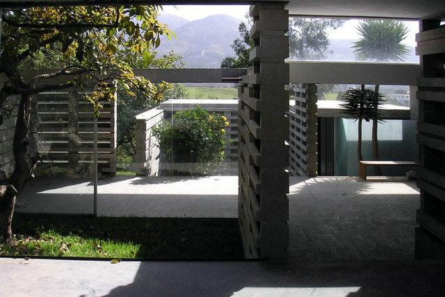 站在变形住宅的屋顶上,可以眺望远处的风景.