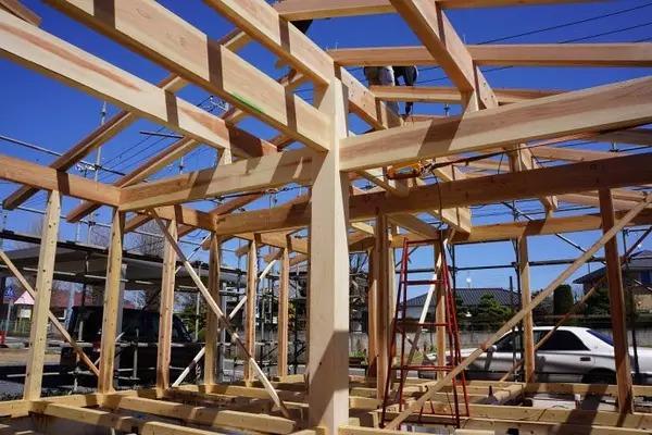 """一幢木结构独立住宅,""""卯榫构造""""承重框架"""