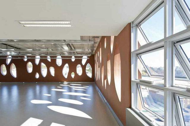 楼梯间具由预制混凝土板构造而成,预制地板亦结合空心木地板以承载高