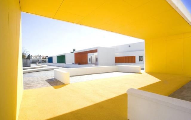 每个教室都被漆上了不同的颜色,采用预制混凝土板作为中性色的背景墙